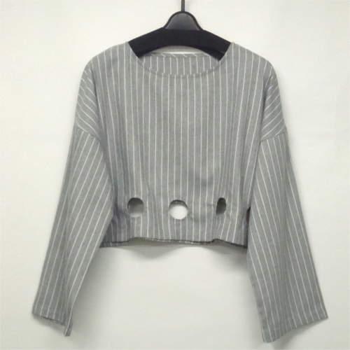 裾のくり抜きがオシャレなプルオーバー